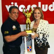 El señor Tony Peña R., recibe de manos de doña Clara Cabrera, presidenta de Vitsalud, la gran copa a disputarse el próximo domingo en el XXVII Mr & Msr RD de fisiculturismo y Fitness (XXVII Mr & Msr RD)